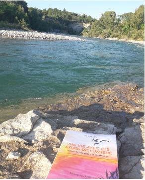 Le livre au bord de l eau
